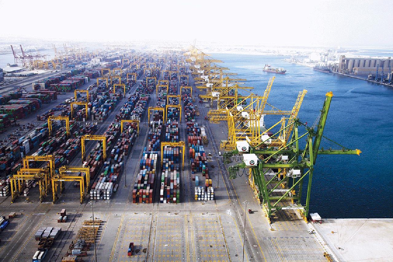 ميناء جبل علي ينجح في نقل 4 مفاعلات ضخمة لإنتاج البولي إيثيلين