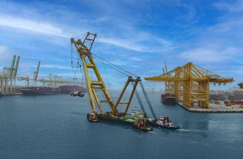 ميناء جبل علي يشحن 4 مفاعلات ضخمة برافعة متطورة