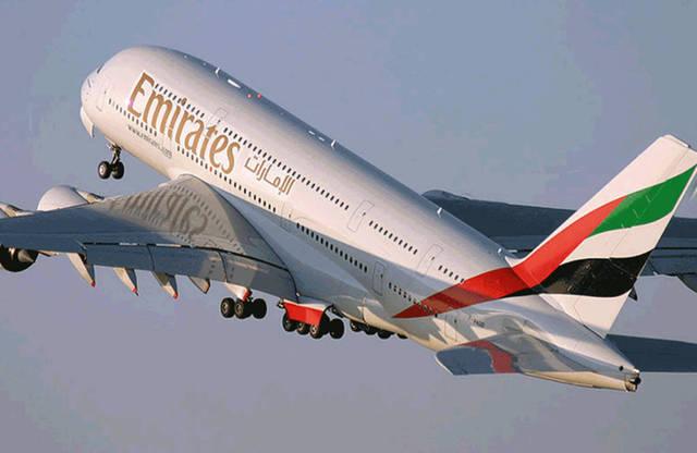 طيران الإمارات تنفي تعليق جميع رحلاتها الجوية