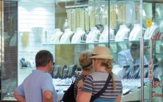 تجار: النشاط السياحي يدعم الإقبال على المشغولات الذهبية