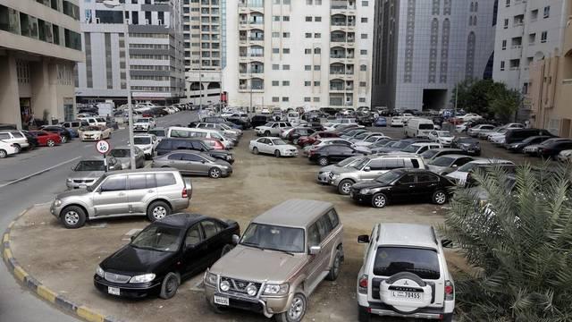 إمارة الشارقة تتخذ إجراءات ضد السيارات المهملة